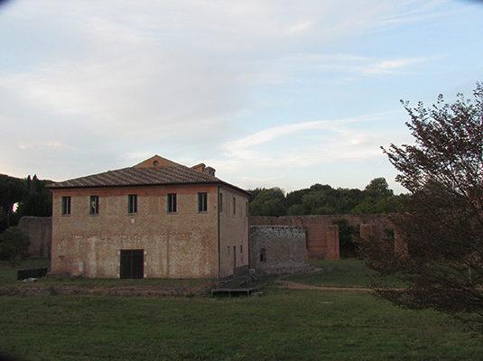 13 - Casale Torlonia e (dietro) la Tomba di Romolo (figlio di Massenzio)