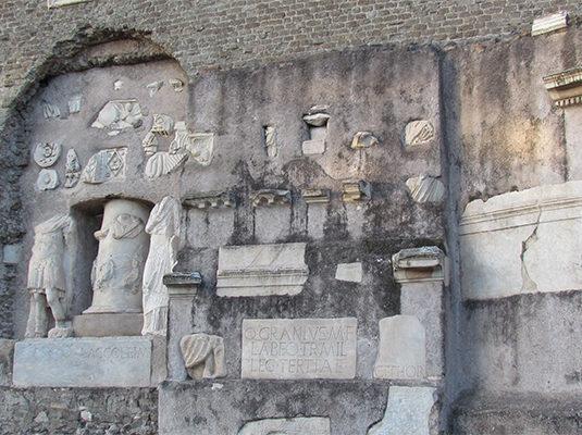 7- Mausoleo di Cecilia Metella (reperti)