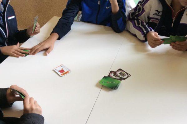 mani di bimbi che giocano a SCARTY